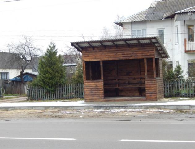 На Волині встановили нові дерев'яні зупинки. ФОТО