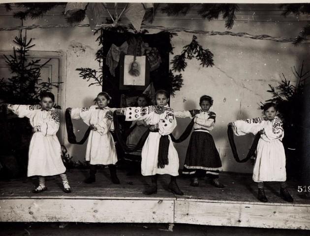 Новорічний виступ маленьких волинян на унікальних світлинах 100-річної давнини. РЕТРОФОТО