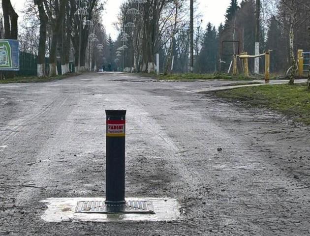 Луцьк: у парку Лесі Українки таки встановили обмежувачі руху