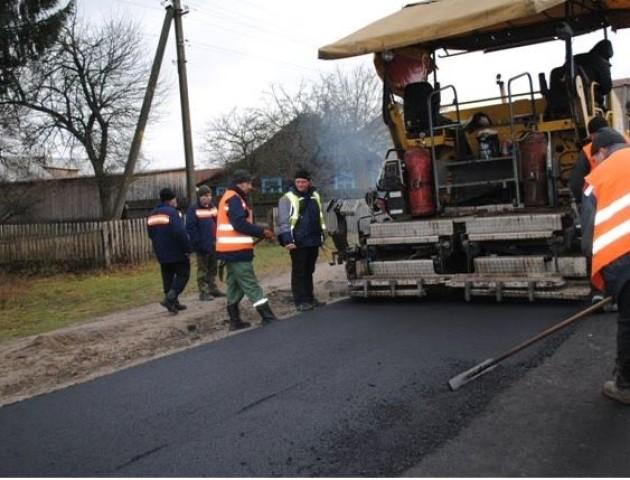 З приходом зими у селі на Волині взялися ремонтувати дорогу. ФОТО