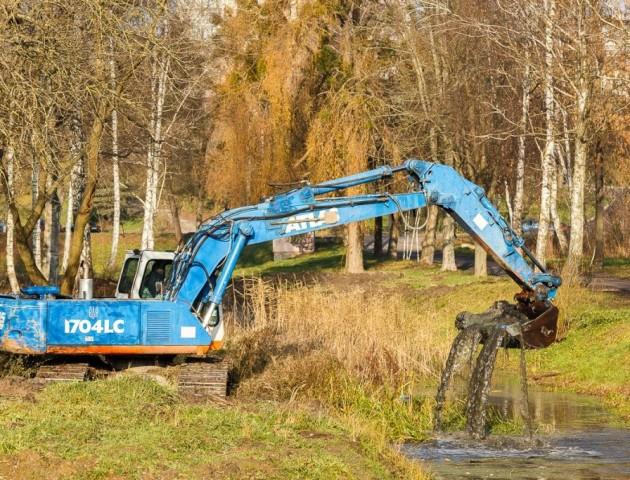 Хто і як у центральному парку Луцька розчищав водні канали. ФОТО