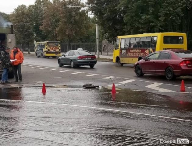Прорвало каналізацію: дорогу у Луцьку залило водою. ФОТО, ВІДЕО