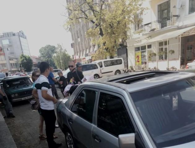 В Ужгороді батьки залишили немовля в зачиненій машині на спеці