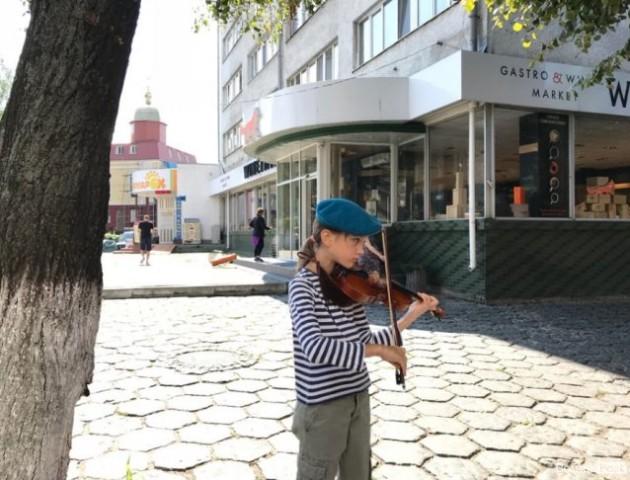 У береті та тільнику: у Луцьку скрипалька привітала десантників. ВІДЕО