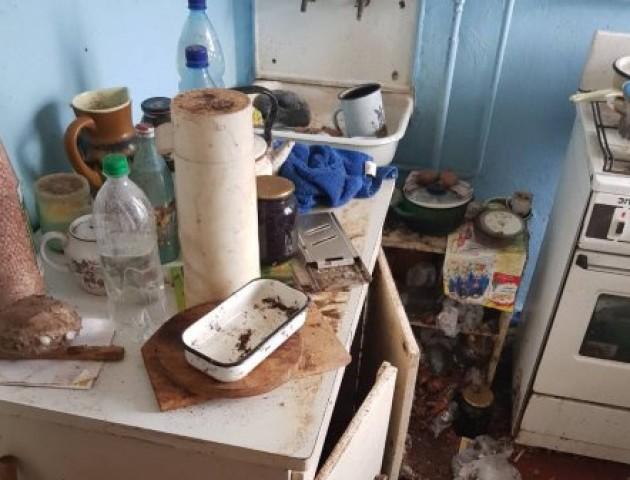 Таргани, миші, сморід: на Волині сусіди відчистили житло одинокої бабусі. ФОТО