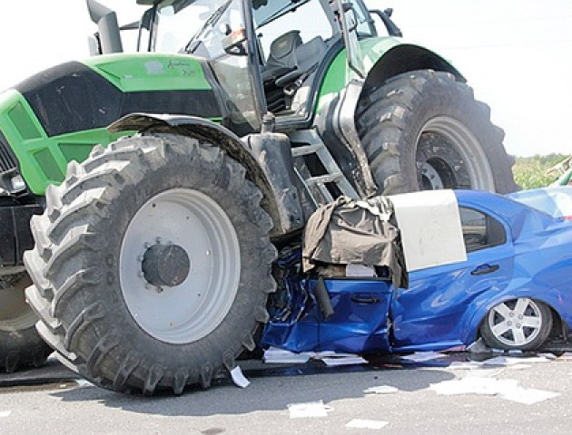 На Волині легковик «врізався» у трактор, постраждав 11-річний хлопчина