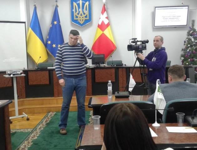 Скандал на сесії міської ради у Луцьку: депутат Ткачук штовхнув активіста Рижкова. ВІДЕО