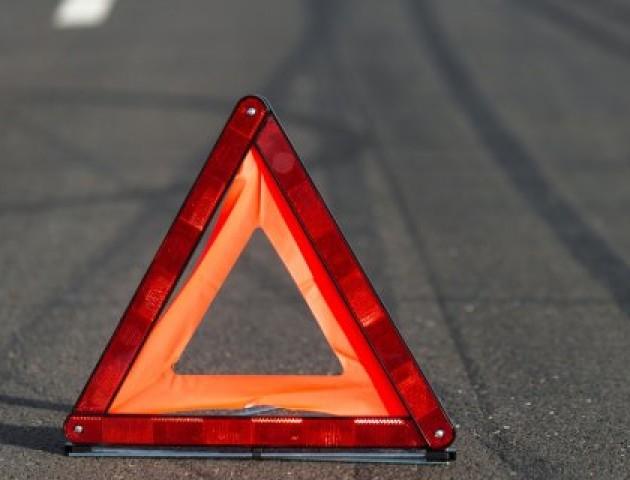 У центрі Луцька – аварія: мопед «врізався» в легковик