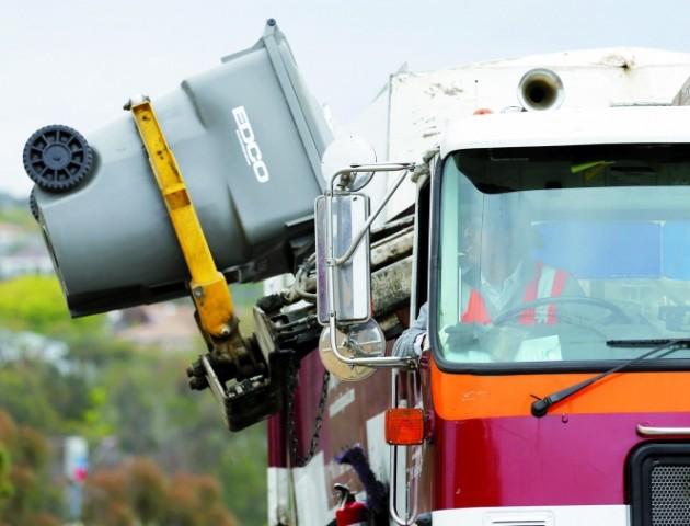 У центрі Луцька не можуть вивезти сміття через зухвалого водія