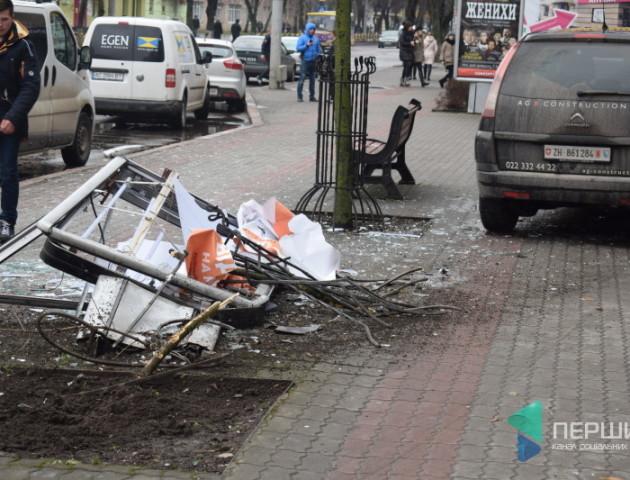 У центрі Луцька п'яний водій зніс огорожу, дерево і рекламний щит. ФОТО