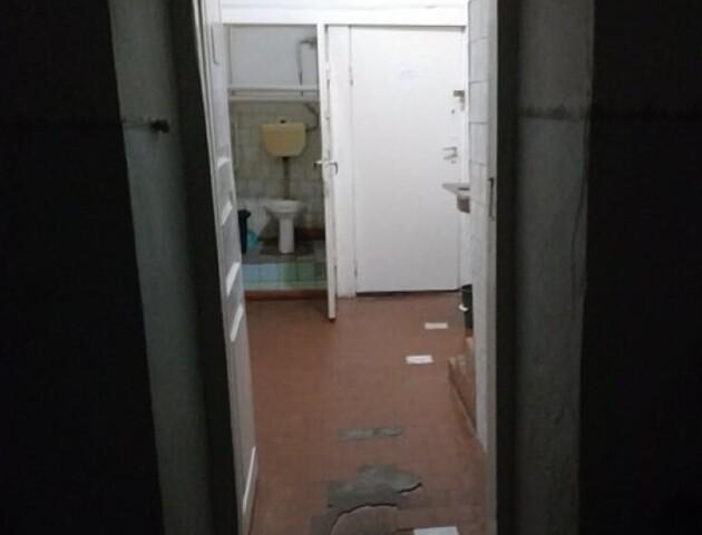 «Поки там хворі з ковід, ніхто його не відремонтує». Любешівська лікарня про жахливий туалет