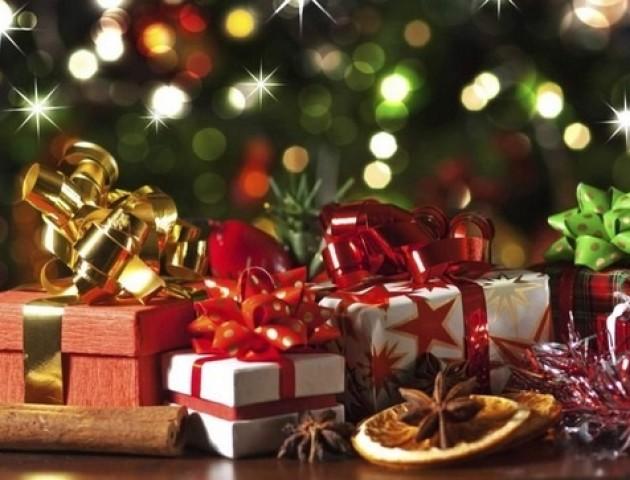 Солодощі, медичні набори та «щирі вітання»: На Волині представники партій роздавали подарунки