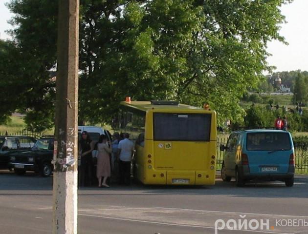 На Волині шкільний автобус «підпрацьовує» на весіллі