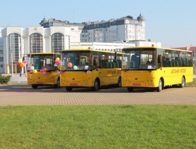 На Волині три громади отримали нові шкільні автобуси