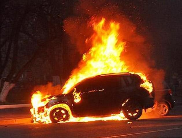 Стало відомо, кому належить авто, яке згоріло вночі у Луцьку