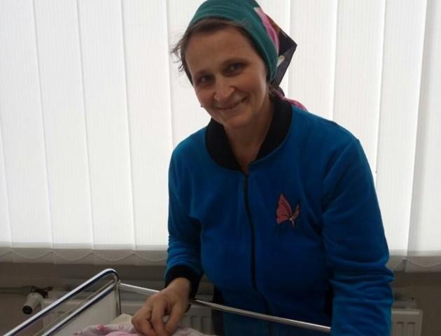 Пішла на рекорд: на Рівненщині жінка народила вісімнадцяту дитину