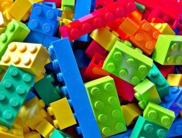 Волинські першокласники отримають по шість цеглин «LEGO»