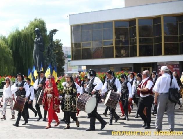 Учасники «Поліського літа з фольклором» зібралися в центрі Луцька. ФОТО