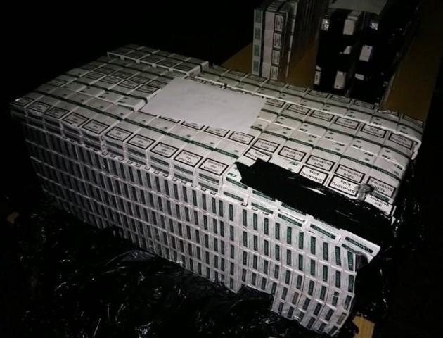 У вагонах зі щебенем на Волині виявили більше 8 тисяч пачок прихованих цигарок