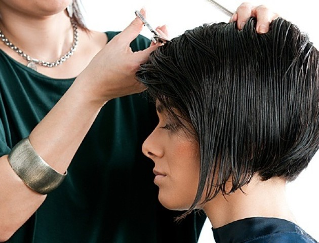 Не так відрізали: жінка подала заяву у поліцію на перукаря