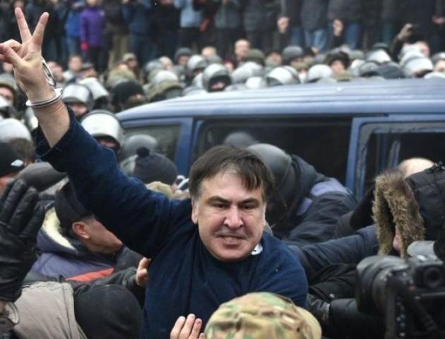 Біля ізолятора СБУ, де перебуває Міхеїл Саакашвілі, пікетують десятки активістів. ВІДЕО