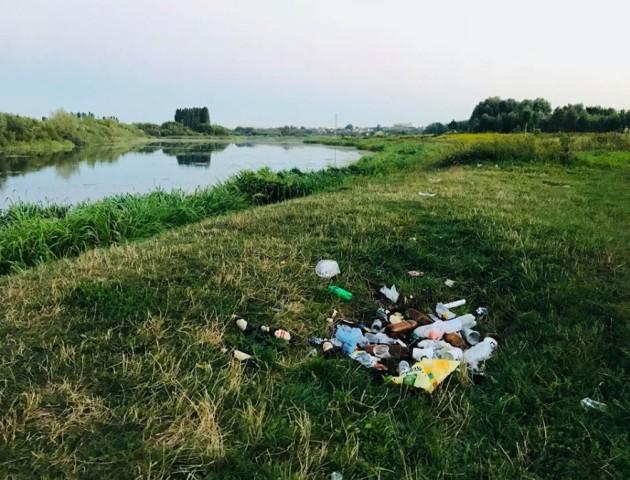 Біля центру Луцька – купи сміття. ФОТО