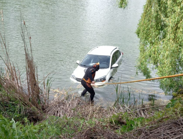 У Луцьку у водоймі плавала автівка. Відео