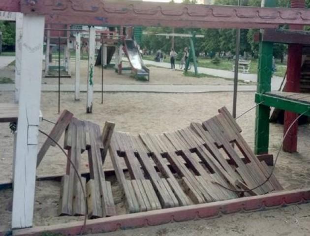 У Луцьку демонтують два дитячі майданчики