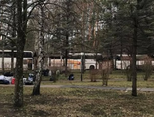 Україна доставила полонених на обмін в автобусах, бойовики везуть українців в автозаках. ФОТО