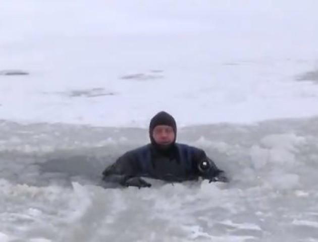Що робити, якщо провалились під лід: пояснення волинських рятувальників. ВІДЕО
