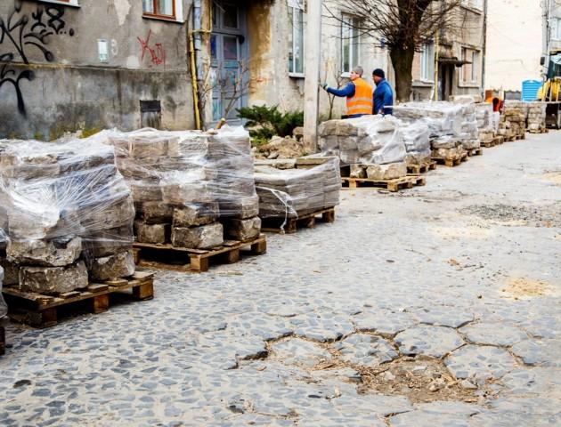 «Акуратно знімаємо і по-новому кладемо». Як ремонтують історичну вулицю в центрі Луцька. ФОТО