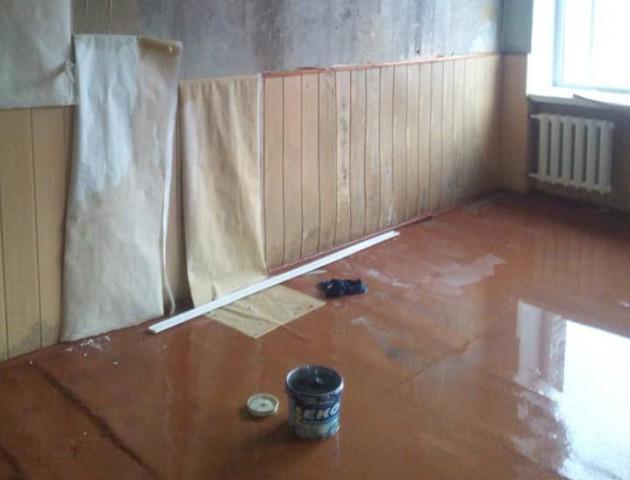 Через недоремонтований дах у Маневичах дощ заливає школу. ФОТО