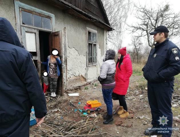 Безлад та антисанітарія: правоохоронці навідалися до горе-матері з Волині. ФОТО