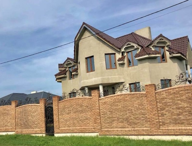 Поблизу Луцька продається розкішний будинок з двома терасами. ФОТО
