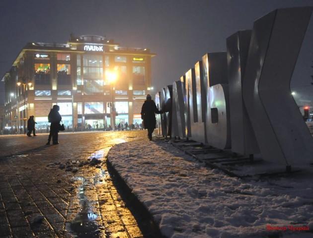 Зимовий вечір у Луцьку: неймовірні фото засніженого міста