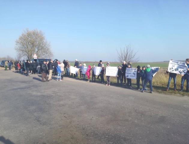 Шкільний скандал у Стобихівці: учні та їх батьки вийшли на акцію протесту. ФОТО