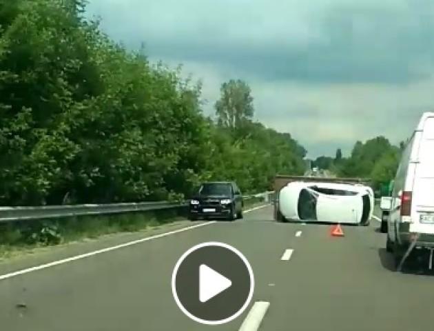 Аварія на трасі Луцьк-Львів: перекинулася платформа з авто. ВІДЕО