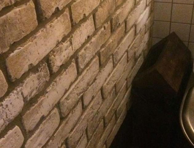 У Ковелі молодики зірвали і винесли з ресторану диспенсер для туалетного паперу. ФОТО