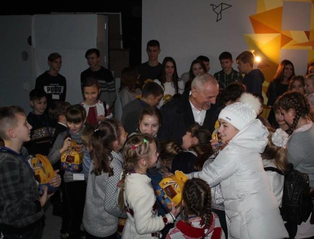 Савченко роздав діткам загиблих атовців солодкі подарунки. ФОТО