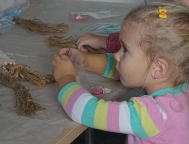 Маленькі лучани робили янголів, аби допомогти онкохворій Мар'яні Пархом'юк. ФОТО