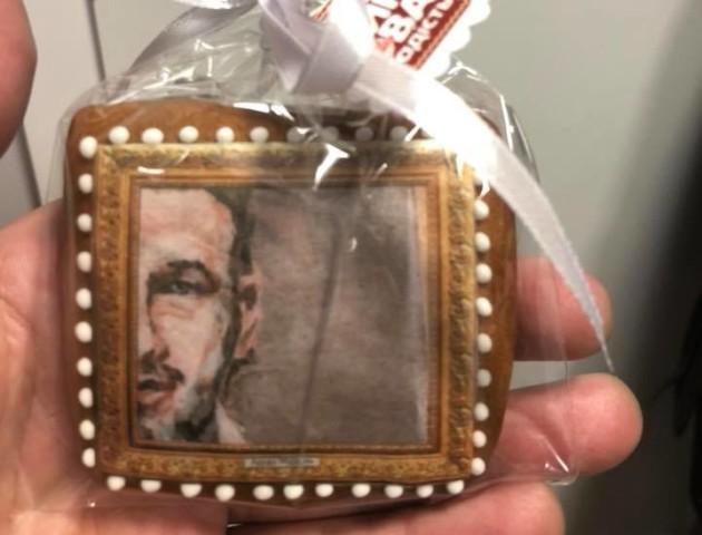 Лучанка подарувала Арсену Мірзояну печиво з його портретом. ФОТО
