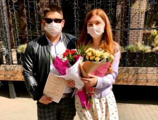 «Без урочистостей, у масці і навіть без обручок», - лучанка про одруження в умовах карантину