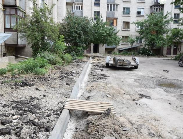 Як у Луцьку ремонтують двір на Кравчука. ФОТО