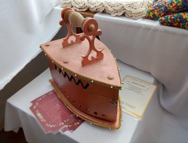 Книга-праска, книга-будинок, книга-вишиванка: у Луцьку відкрили унікальну виставку. ФОТО