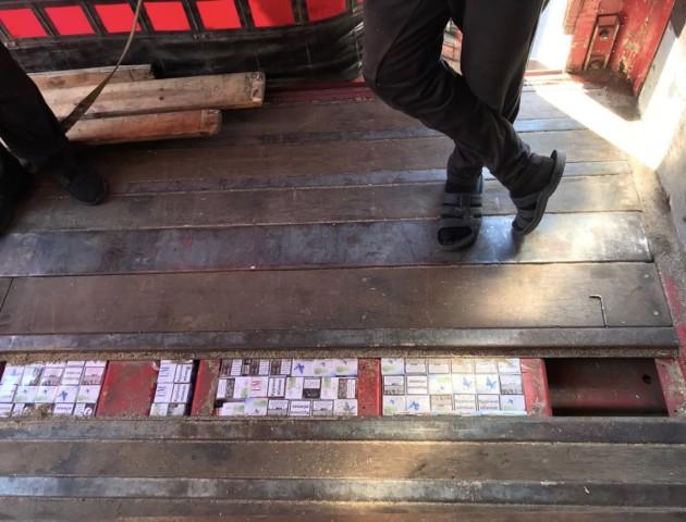 Волинські митники під підлогою вантажівки знайшли прихований склад цигарок. ФОТО