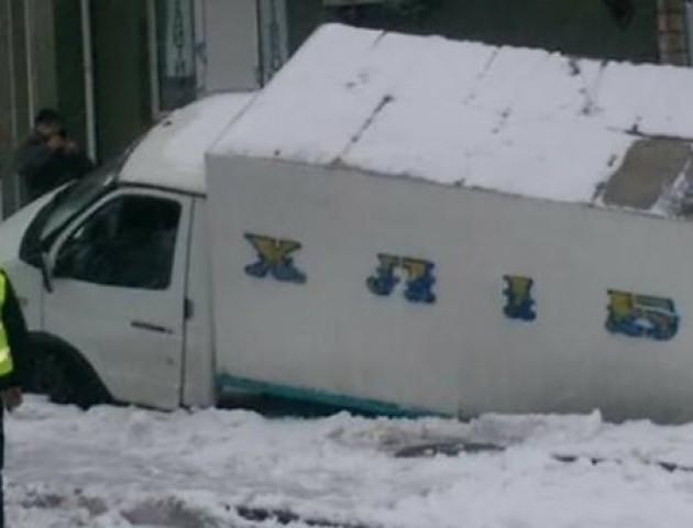 У Києві «Газель», що перевозила хліб, провалилася під асфальт. ФОТО