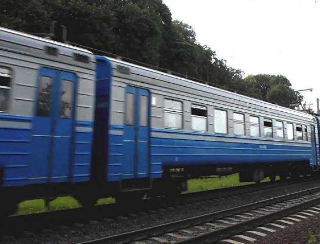 Пасажирка ковельського потяга викидала сміття просто з вікна вагона