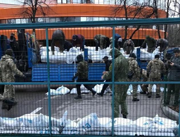 Активісти почали облаштовуватися біля студії каналу NewsOne