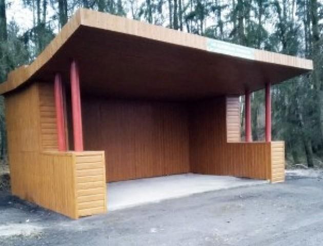 На Волині лісівники подарували громаді дві зупинки. ФОТО