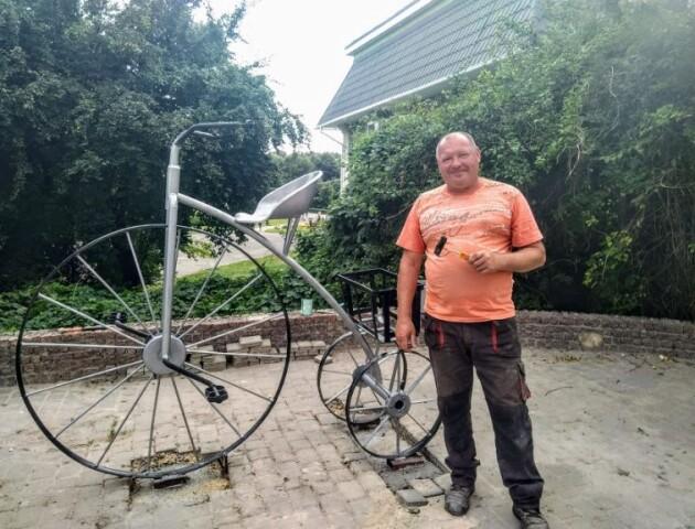 У Володимирі встановили інсталяцію у вигляді ретровелосипеда